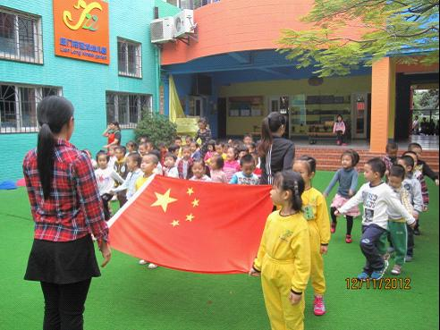 这家幼儿园是利用清早升国旗的活动,添加了一项内容:宣传消防知识。